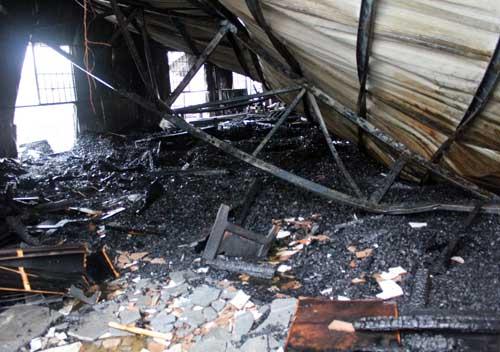 TPHCM: Cháy giữa trưa, 1.200m2 xưởng ra tro - 6