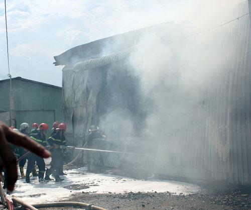 TPHCM: Cháy giữa trưa, 1.200m2 xưởng ra tro - 4