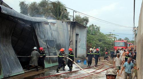 TPHCM: Cháy giữa trưa, 1.200m2 xưởng ra tro - 5