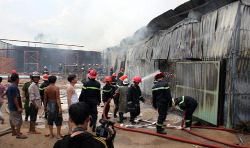TPHCM: Cháy giữa trưa, 1.200m2 xưởng ra tro - 1