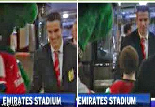 Persie vào nhầm phòng thay đồ Arsenal - 1