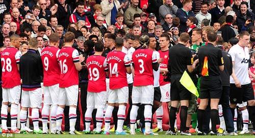 Arsenal vỗ tay chúc mừng MU - 1