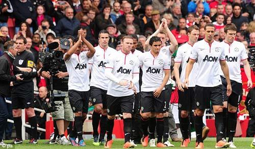 Arsenal vỗ tay chúc mừng MU - 2