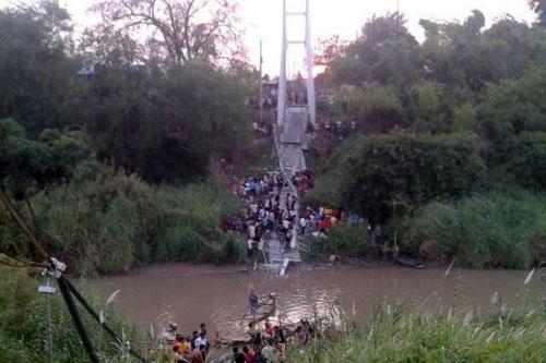 Thái Lan: Đứt cáp treo, cầu sập kinh hoàng - 3
