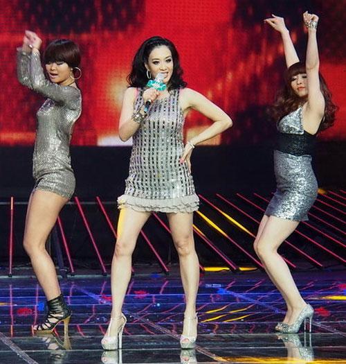 Người đẹp gốc Việt nhảy sung bung áo - 1