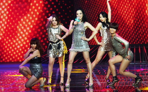 Người đẹp gốc Việt nhảy sung bung áo - 2