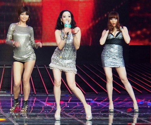Người đẹp gốc Việt nhảy sung bung áo - 3