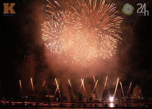 """""""Bữa tiệc"""" pháo hoa trên bến sông Hàn - 2"""