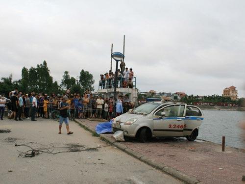 Câu cá, phát hiện taxi, xác tài xế dưới hồ - 1