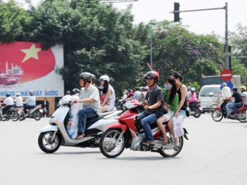 Nghỉ lễ, phớt lờ đội mũ bảo hiểm xe máy - 6