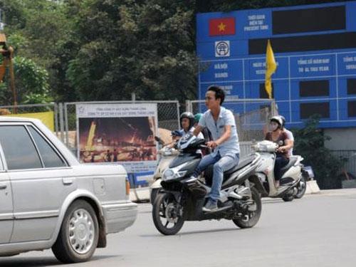 Nghỉ lễ, phớt lờ đội mũ bảo hiểm xe máy - 4