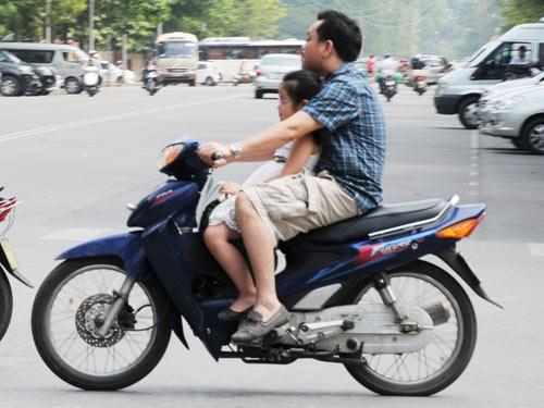 Nghỉ lễ, phớt lờ đội mũ bảo hiểm xe máy - 8
