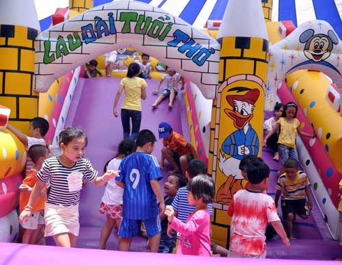 Ngày lễ, người dân đổ dồn về các khu vui chơi - 8
