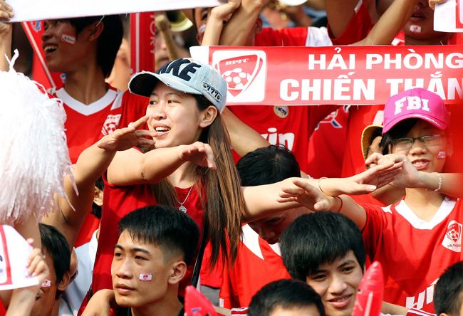 Cổ động viên Hải Phòng luôn nổi tiếng với không khí cuồng nhiêt cả trên  sân nhà lẫn sân khách. Không kém cánh đàn ông, các cô gái Hải Phòng cũng  sẵn sàng cháy hết mình trong nhiều trận đấu để tiếp thêm sức mạnh cho  các cầu thủ của đội bóng thành phố Hoa Phượng đỏ.