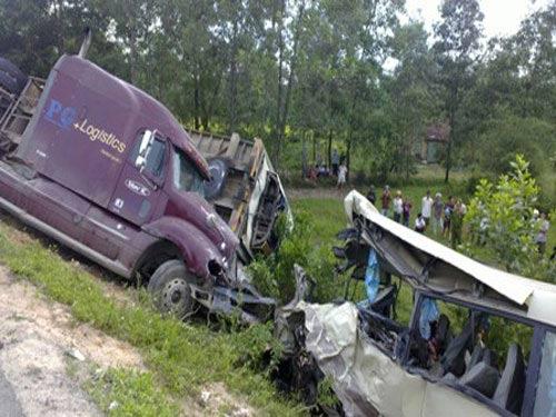 Xe khách đối đầu container, 5 người tử nạn - 1