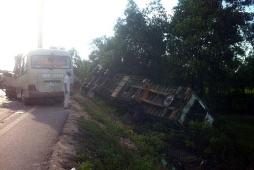 Xe khách đối đầu container, 5 người tử nạn - 2