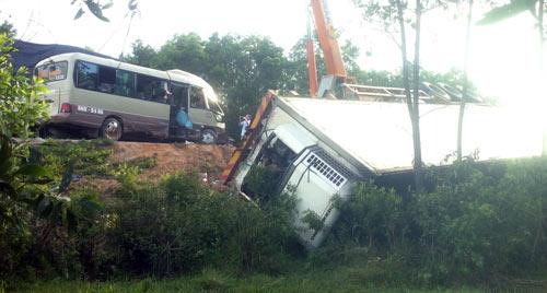 Xe khách đối đầu container, 5 người tử nạn - 3