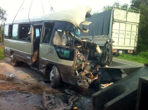 Xe khách đối đầu container, 5 người tử nạn - 5