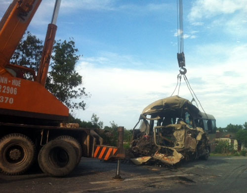 Xe khách đối đầu container, 5 người tử nạn - 6