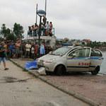 An ninh Xã hội - Câu cá, phát hiện taxi, xác tài xế dưới hồ