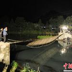 Tin tức trong ngày - TQ: Lật cầu treo, du khách rơi xuống sông