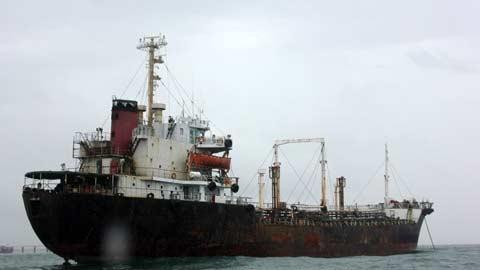 Cận cảnh tàu lạ xâm nhập trái phép biển VN - 1