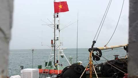 Cận cảnh tàu lạ xâm nhập trái phép biển VN - 10