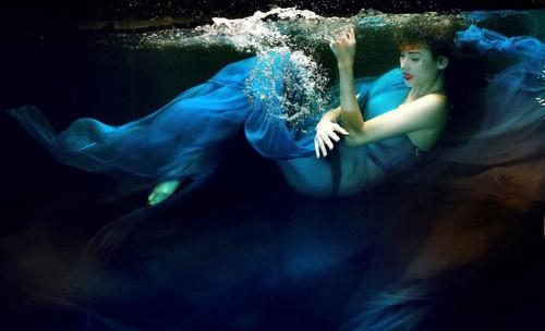 Hoàng Yến phô cơ thể đẹp mê ly dưới nước - 2
