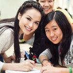 Thời trang - Diễm Hương đẹp giản dị bên sinh viên