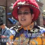 """Phi thường - kỳ quặc - """"Vị Hoàng đế"""" kéo dép lê vi hành khắp phố"""