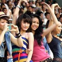 B.Bình Dương cử hot girl đón Thành Lương