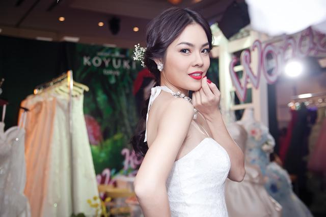 Diễm Hương lại diện váy cưới gợi cảm - 12