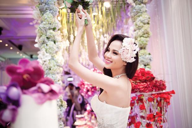 Diễm Hương lại diện váy cưới gợi cảm - 1