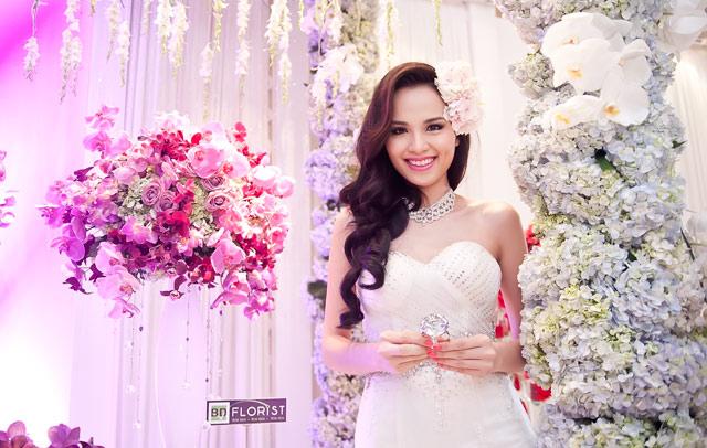 Diễm Hương lại diện váy cưới gợi cảm - 3