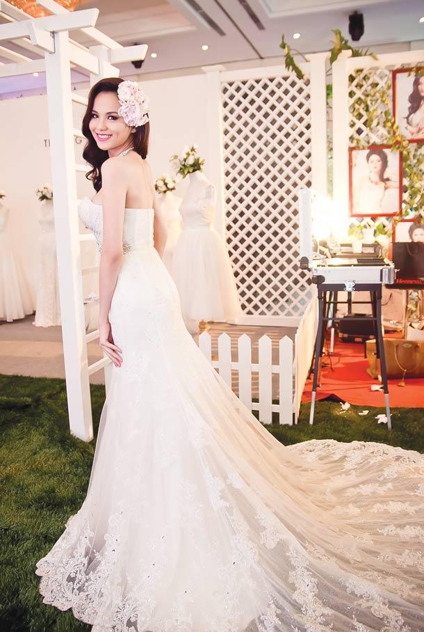 Diễm Hương lại diện váy cưới gợi cảm - 8