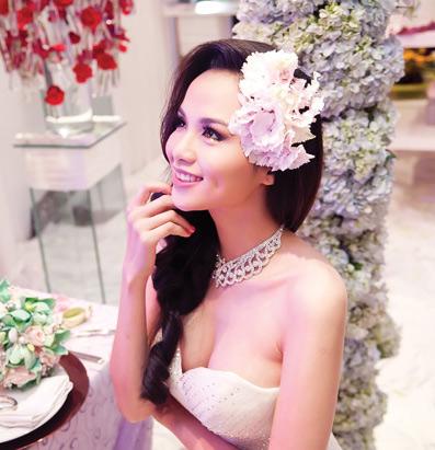 Diễm Hương lại diện váy cưới gợi cảm - 4