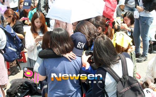 Fan khóc như mưa vì Yesung nhập ngũ - 4