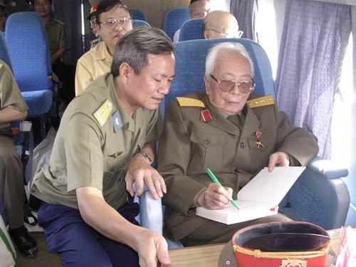 Ảnh: Tướng Giáp về chiến trường Điện Biên Phủ - 11
