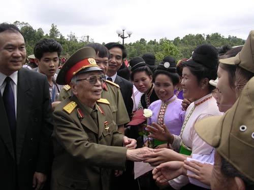 Ảnh: Tướng Giáp về chiến trường Điện Biên Phủ - 9