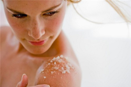 Làm mịn da với muối hạt