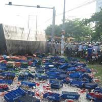 Xe tải đấu đầu xe du lịch, 6 người chết