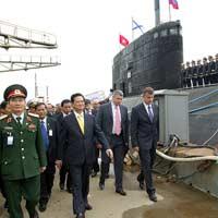 Chùm ảnh Thủ tướng thăm tàu ngầm Hà Nội