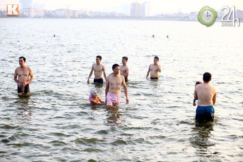 """Người Thủ đô tắm Hồ Tây """"giải nhiệt"""" - 7"""