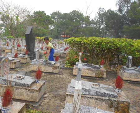 Những đứa trẻ mưu sinh ở nghĩa trang - 1