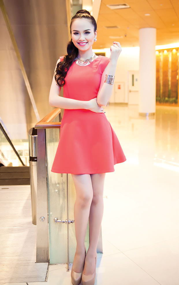 Diễm Hương diện váy neon xinh tươi - 1
