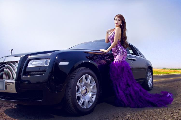 Sắc tím nhẹ nhàng và lãng mạn, nhưng đường cong của người đẹp thì vô cùng gợi cảm sánh bước bên chiếc Rolls Royce Ghost sang trọng và danh giá.