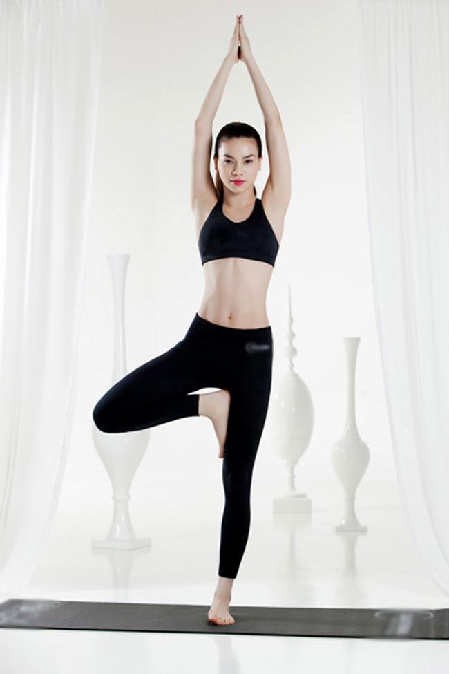 Nữ ca sĩ sở hữu vòng eo thon hiếm có.  ' Tôi bắt đầu tập yoga với mong  muốn giảm căng thẳng. Nhưng sau vài năm tập luyện, giờ đây yoga đã trở  thành một phần trong cuộc sống hàng ngày của tôi ' , cô chia sẻ.