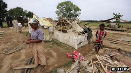 Myanmar: Lật tàu chở 200 người đi tránh bão - 1