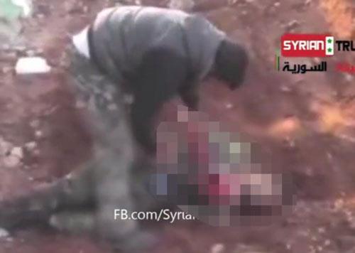 Syria: Ghê rợn video ăn tim xác lính - 1