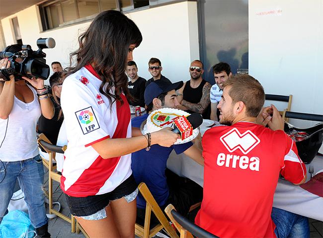 Cristina Pedroche chắc chắn là một cái tên rất đáng chú ý trong giới WAG tại thành Madrid. Theo báo chí Tây Ban Nha, cựu cầu thủ của Real, Miguel Torres và ngôi sao truyền hình sáng giá của xứ  Bò tót  đã từng có khoảng thời gian mặn nồng bên nhau. Họ cũng từng được coi là cặp đôi đình đám của giới cầu thủ - chân dài khi chàng là một trong những cầu thủ quyến rũ nhất TBN còn nàng luôn được săn đuổi bởi vẻ đẹp nóng bỏng của mình. Có một điểm đặc biệt là dù ở Madrid nhưng Pedroche không phải fan của Real hay Atletico mà lại cổ vũ cho CLB Rayo Vallecano, đội bóng đang đứng giữa BXH Liga.